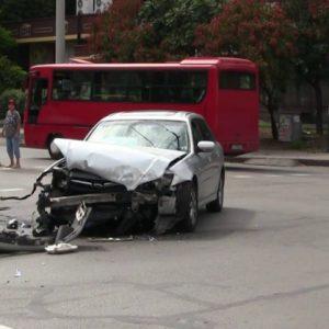 Катастрофа между автобус и лек автомобил на улица