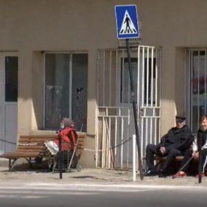 Пенсионери в Русенско чакат с часове на опашки, за да си получат пенсиите