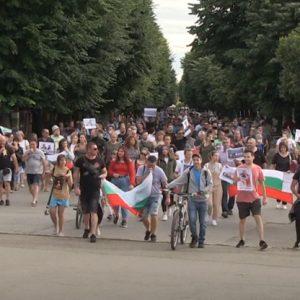 Протестиращи русенци: Не искаме мутри, искаме интелигентни хора да ни управляват!