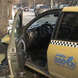 """Такси се вряза в дърво на улица """"Плиска"""""""