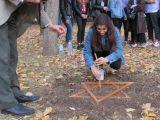Ученици от Русе засаждат минзухари в памет на загиналите еврейски деца
