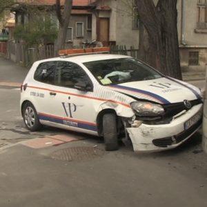 Кола на охранителна фирма се заби в къща в Русе