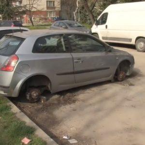 Кола осъмна без гуми на улица